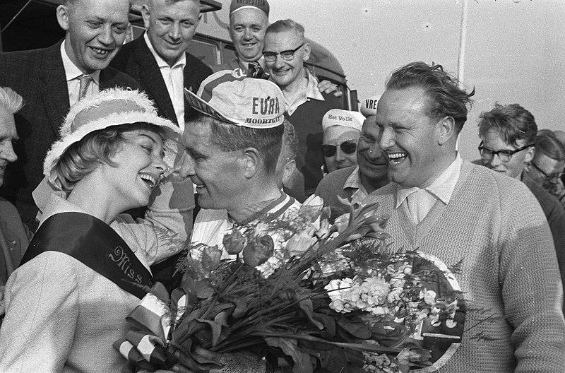 File:Ronde van Nederland Eerste etappe Amsterdam Heerenveen, bij de finish krijgt Ro, Bestanddeelnr 911-2404.jpg