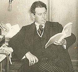 Allan Ryding studerende et stykkemanuskript i sin loge omkring 1916.