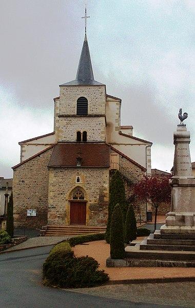 Vue de l'église Saint-Jean-Baptiste et du monument aux morts, sur la place centrale du village.