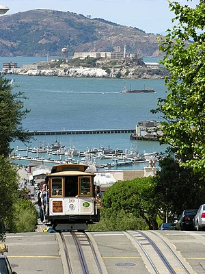 English: San Francisco cable car cresting a hi...
