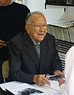 Santiago Carrillo firmando en la Feria del Libro de Madrid en 2006.jpg