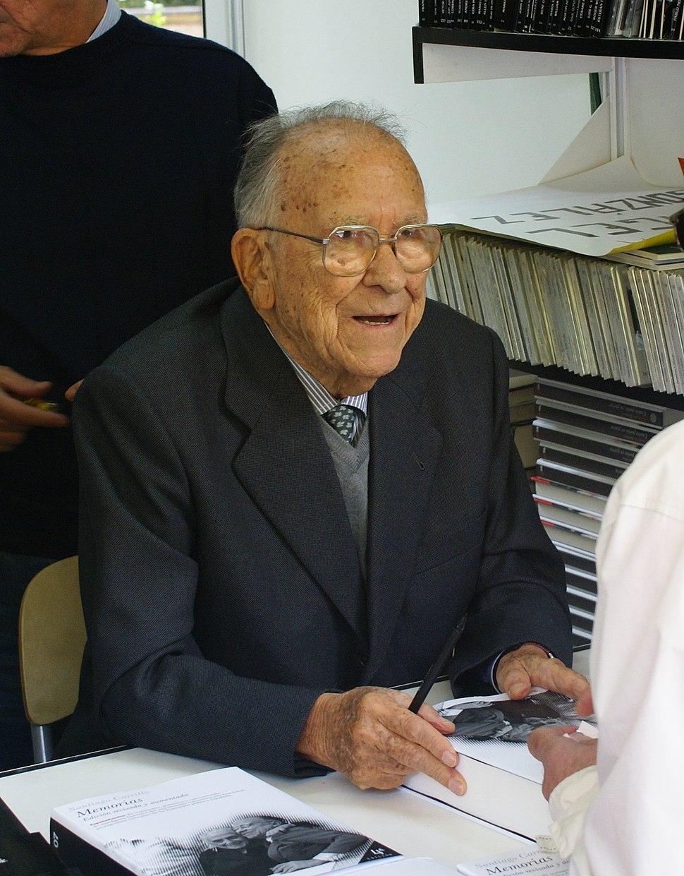 Santiago Carrillo firmando en la Feria del Libro de Madrid en 2006