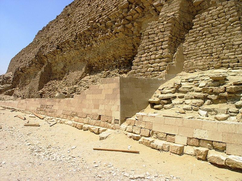 معالم وآثار صورة حية لأزمنة غابرة ★الـξـد01د๑♦ 800px-Saqqara_-_Pyramid_of_Djoser_-_oblique_view_of_partially_restored_wall
