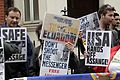 Simpatizantes de Julian Assange se reúnen en los exteriores de la embajada ecuatoriana en Londres. (9059010776).jpg