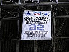 b5555563a6c Pendón conmemorativo de Emmitt Smith. Johnson rápidamente regresó a los  Cowboys ...