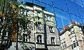 Spiegelung einer Jugendstil Fassade in einer Fußgängerzone in Stuttgart.jpg