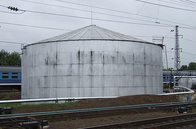 Старинный клёпаный нефтяной резервуар Шухова на железнодорожной станции города Владимира, 2007