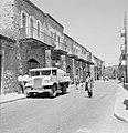 Straat in de wijk Mea Shearim, daarin een man met een lange jas aan en een hoed…, Bestanddeelnr 255-2457.jpg
