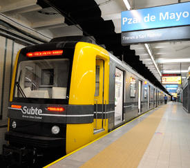 Subte metro on A line at Plaza de Mayo station in Buenos Aires, Argentina (15753975528).png