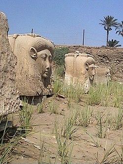 Temple d'Hathor chapiteaux.jpg