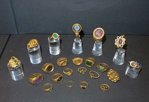 Thetford Hoard - 22 gold and jewelled rings in a display case
