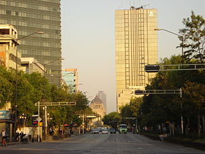 Español: Avenida Juárez, la Torre Prisma, al f...