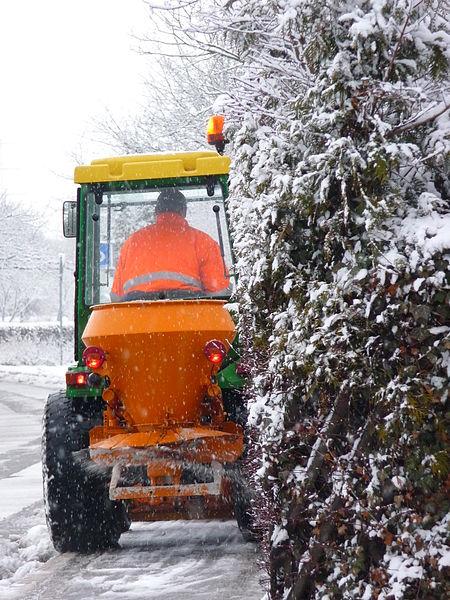 File:Traktor im Winterdiensteinsatz.JPG