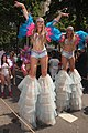 Twee meiden op stelten zomercarnaval Rotterdam.jpg