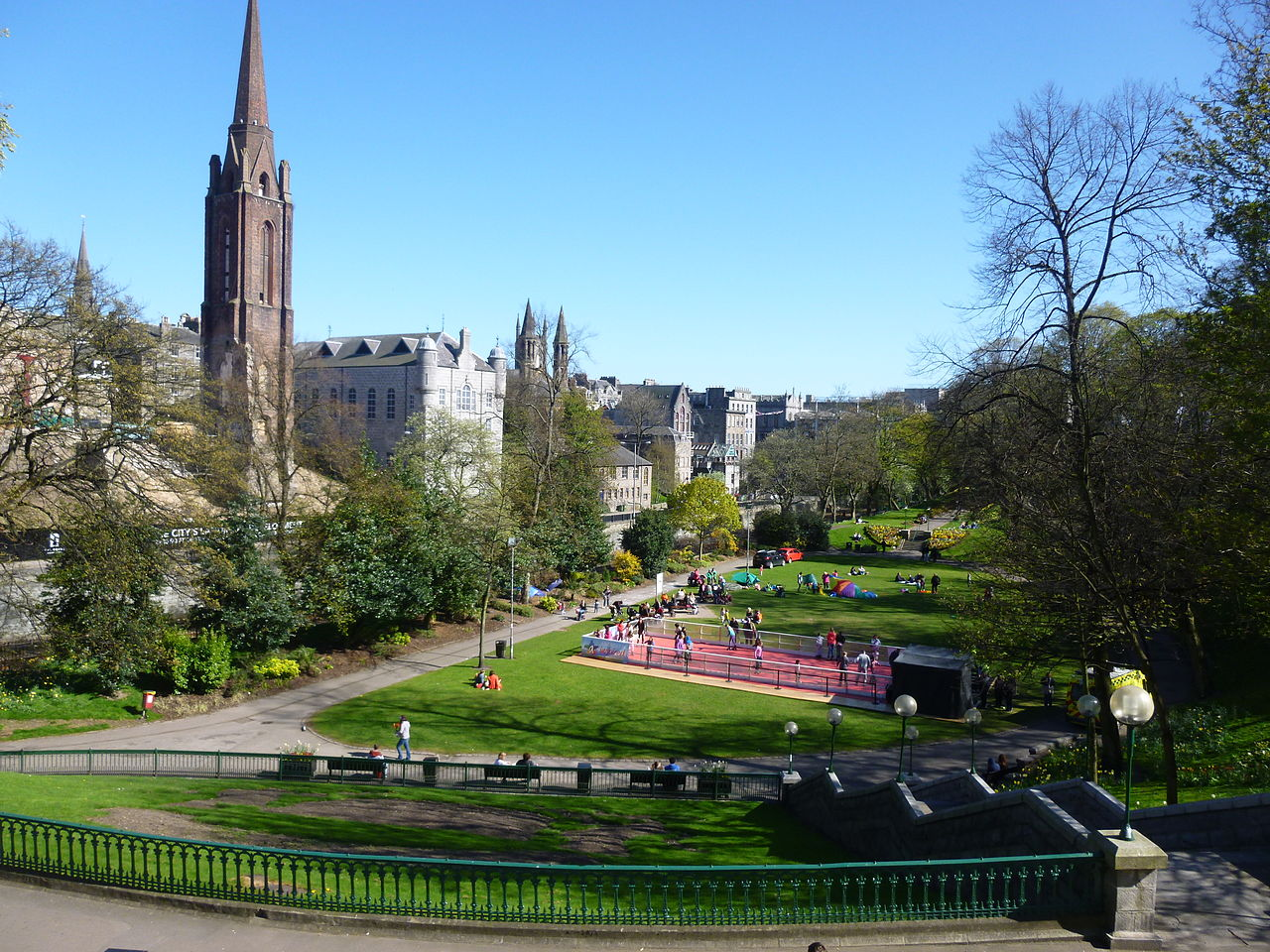https://upload.wikimedia.org/wikipedia/commons/thumb/b/b0/Union_Terrace_Gardens%2C_Aberdeen.JPG/1280px-Union_Terrace_Gardens%2C_Aberdeen.JPG