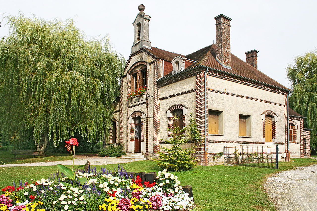 Ancienne école devenue salle des fêtes.