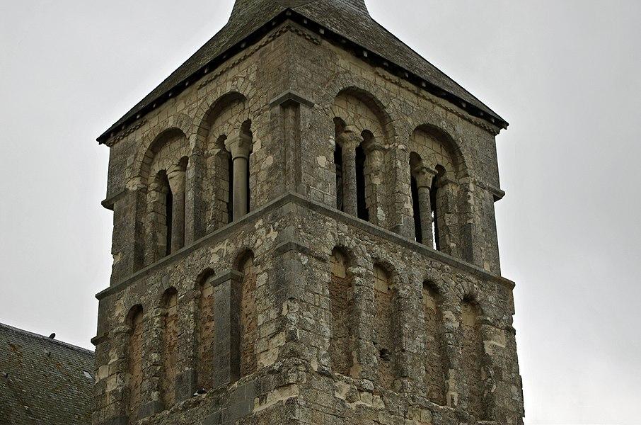 Villevêque (Maine-et-Loire)  Eglise Saint-Pierre.  Le clocher, roman, latéral à la nef, est de la fin du XIe siècle début XIIe. Il est postérieur à la nef qui est du début du XIe. Il présente trois niveaux, dont les deux premiers décorés de fausses arcades.