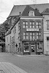 foto van Hoekpand Kerkstraat onder schilddak, dat aan de achterzijde wordt afgesloten door een trapgevel met ezelsrug