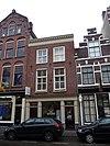 foto van Huis van twee bouwlagen, een kap loodrecht op de straat en een, dichtgeworpen, kelder