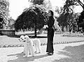 Vrouw met twee honden in het Bois de Boulogne, Bestanddeelnr 255-8720.jpg