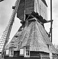 Wipmolen van de polder Moerkerken, de houten schoorsteen wordt buiten langs het rietdak geleid. - Mijnsheerenland - 20159368 - RCE.jpg