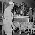 Zuivelfabriek Tnuva Medewerker vult kratten met volle melkflessen die op een lo, Bestanddeelnr 255-4444.jpg