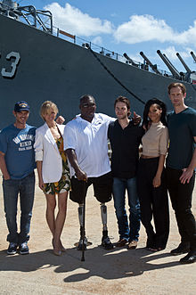 Rihanna assieme ad alcuni membri del cast di Battleship.