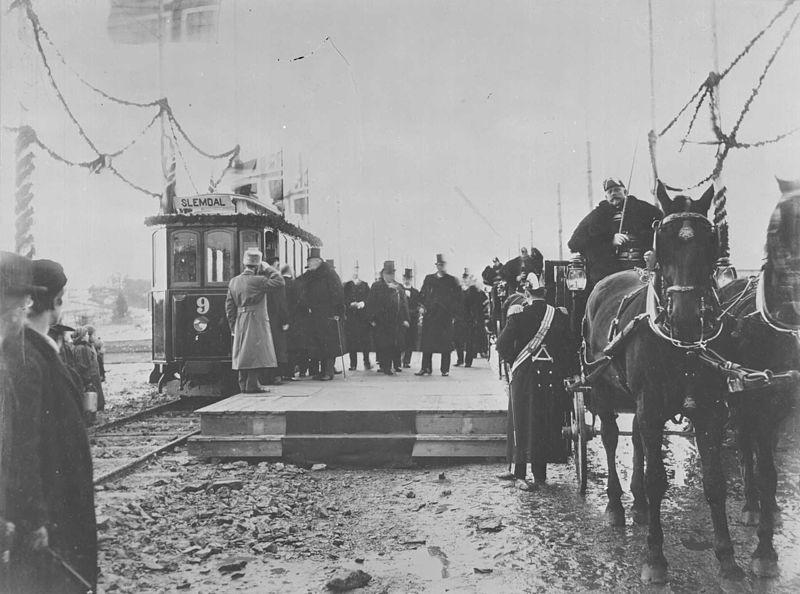 Fil:Åpningen av Holmenkollbanen ved Slemdal stasjon 16. mars 1898 - Oslo Museum - OB.FS0549.jpg