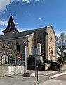 Église Saint-Martin de Misérieux en mai 2021 et le monument aux morts.jpg