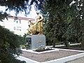 Братська могила, в якій поховані молодший сержант Олександр Іванович Дедюхін, молодший лейтенант Ілля Захарович Мандригін та дв.jpg