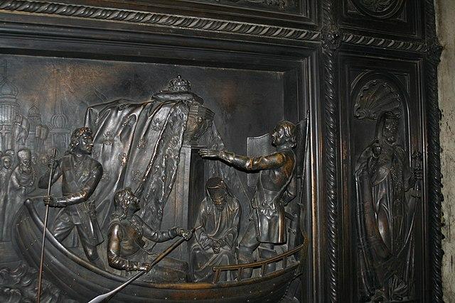 Пётр I перевозит мощи Александра Невского в Санкт-Петербург. Рельеф на двери Исаакиевского собора