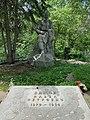 Памятник и надгробный камень на могиле П.П.Бажова.jpg