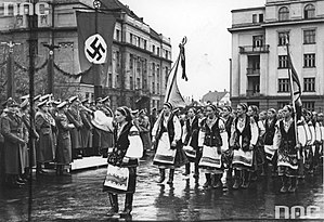 Hans Frank - Frank visiting Stanyslaviv (now Ivano-Frankivsk). Ukrainian nationalists parade in the streets of the city, October 1941