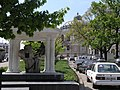 Украина, Одесса - Памятник старому дубу у оперного театра.jpg
