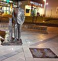 הפסל של טום לנטוס בנתניה (cropped).jpg