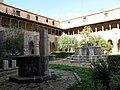 032 Sant Jeroni de la Murtra, claustre, pou i brollador.JPG
