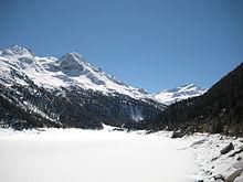 Vista del gruppo Ortles, e in primo piano il lago di Gioveretto.