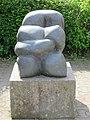 1210 Oswald Redlich-Straße 36 - Großfeldsiedlung - Granitplastik Eingschnürte von Gabriele Berger 1984 IMG 3025.jpg