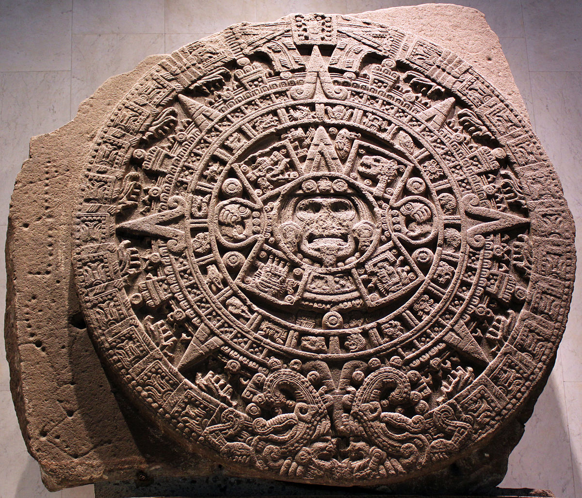 https://upload.wikimedia.org/wikipedia/commons/thumb/b/b1/1479_Stein_der_f%C3%BCnften_Sonne%2C_sog._Aztekenkalender%2C_Ollin_Tonatiuh_anagoria.JPG/1200px-1479_Stein_der_f%C3%BCnften_Sonne%2C_sog._Aztekenkalender%2C_Ollin_Tonatiuh_anagoria.JPG