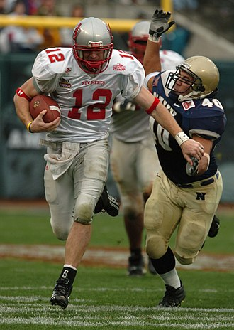 2004 Emerald Bowl - Image: 2004 Emerald Bowl Navy New Mexico qb run