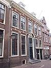 foto van Pand met gevel met rechte kroonlijst, gemetselde accoladen boven de ramen 1e helft xvii, versierde deuromlijsting