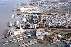 https://upload.wikimedia.org/wikipedia/commons/thumb/b/b1/Aerial_view_of_Bahia_Blanca,_an_Argentinian_harbour.jpg/250px-Aerial_view_of_Bahia_Blanca,_an_Argentinian_harbour.jpg