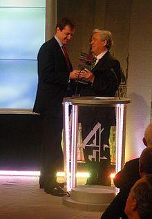 """Alastair Campbell (à gauche) recevant le prix du """"Livre politique de l'année"""" décerné par la chaîne Channel 4, le 23 janvier 2008[1]"""