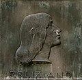 Angelo Ambrogini, dit Il Poliziano, socle de la statue de Pic de la Mirandole à Mirandola.jpg