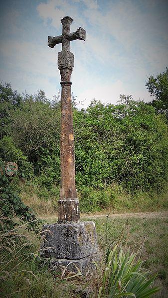 """Croix monumentale d'Annoux  dite croix de Saint Jean, située à 200 mètres sur la route de Tormancy, en contrebas du village, et porte l'inscription """"Cette croix a été érigée par F. Mercier et Jean Bresson l'an 1805"""""""