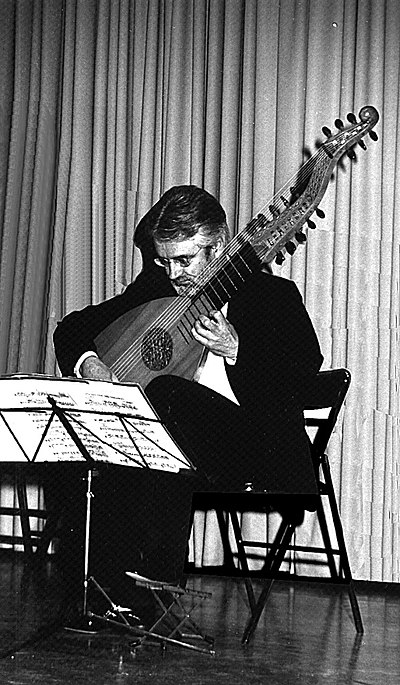 Jean-Maurice Mourat playing theorbo in 1998. Archiluth.jpg