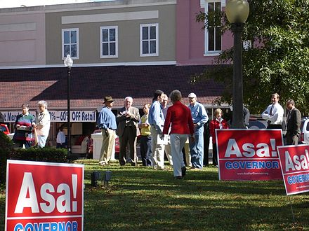 Hutchinson campaigning for governor in 2006 Asa Hutchinson campaigning.jpg
