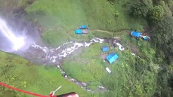 Податотека:BASE jumping in Indonesia. Waterfall Sipiso-Piso.webm
