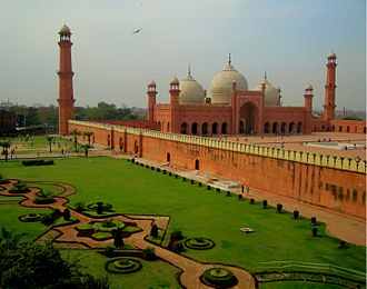 Pakistani architecture - Mughal architecture: Badshahi Mosque (1673) in Lahore