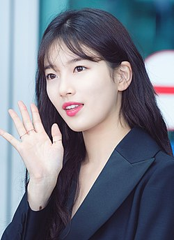 Bae Suzy at Incheon Airport on July 18, 2017 (3).jpg
